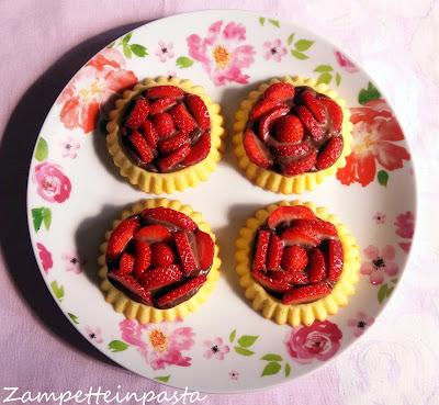 Crostatine morbide alla frutta - Crostatine morbide con fragole e cioccolato
