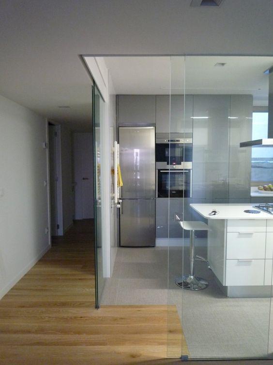 cozinha aberta com fechamento em blindex