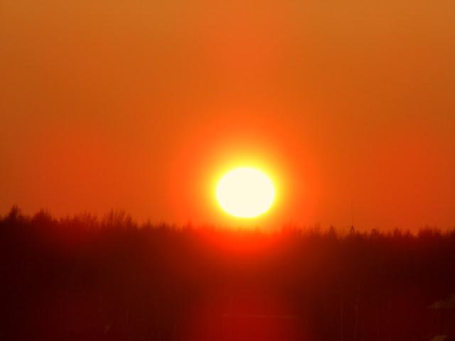 Солнечная сфера 2016 Декабрь15  Солнце закат красота Солнце  Закат 15 декабря 2016  идеальные сферы  безболезненно для глаз смотрели на Закат   парадоксальное явление,  Солнце Зимой находится намного ближе к Земле, чем летом и оно безболезненно для зрения, на Солнце можно без слезотечения смотреть с Зенита, с 12:00 полдень.   Летом глаза жжёт, а Солнце находится дальше по отношению к Земле. Мыслит Рассим  Думаю, что Зимой, из-за наклона оси, луч солнечный северного полушария, по касательной проходит через всю атмосферу полушария, по диагонали, Путь Луча солнца увеличивается по длине следования в атмосфере по утрам и на закате, Луч вынужден преодолевать намного больше слоёв атмосферного газа. Путь в атмосфере становится длиннее, нежели Летом. Поэтому для наблюдателя интенсивность излучения падает, так как избыток излучения присутствующий Летом, задерживается в более толстых слоях атмосферы Зимой.