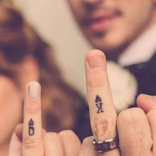Yüzük parmağına minimalist simge dövmeleri