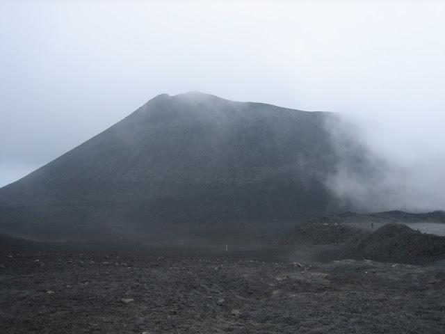 Vista del Etna desde la paltaforma del Funicular en un día nublado