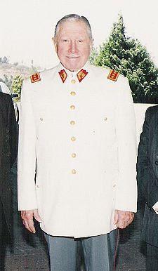 Imagen de Augusto Pinochet parado