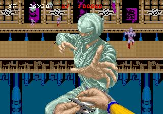Captura de pantalla del minijuego Bonus Stage de Shinobi en que lanzaremos shurikens que tienen que detener a nuestros enemigos antes de que lleguen abajo