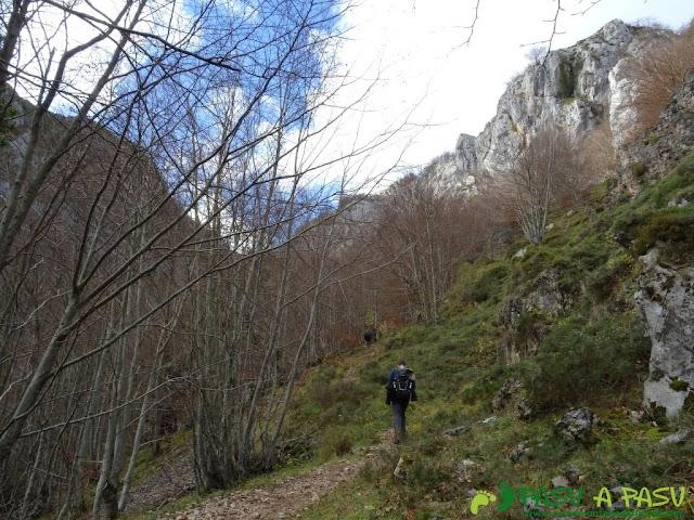 Ruta a Peña Melera y Los Pandos: Subiendo a Peña Melera por el Bosque de Cuevas