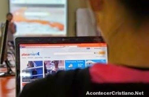Joven cristiano usando Internet
