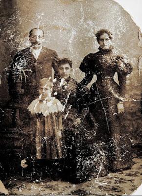Jacques Schuitenvoerder met vrouw, dochter (midden) en kleindochter (voorgrond)