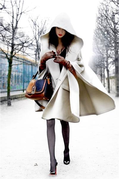 Η κάπα είναι ένα πολύ Stylish κομμάτι με ένα ιδιαίτερο κόψιμο που αφήνει τα  χέρια και πολλές φορές και το μπροστινό τμήμα του outfit