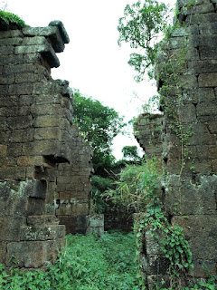 Ruínas das paredes do templo da antiga redução de Candelária.