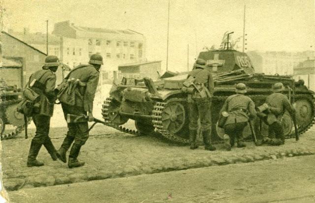 Άρματα και πεζικό της 4ης ΤΘΜ μέσα στη Βαρσοβία
