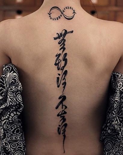 Uma infinidade de sinal com números e caracteres Japoneses é igual a um enigmático olhar tatuagem. Quem sabe o que pode estar escondido em essas tatuagens?