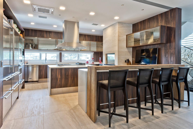 Cozinha com churrasqueira integrada decorada com madeira e mármore  #7D614A 1500 1001
