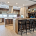 Cozinha com churrasqueira integrada decorada com madeira e mármore!