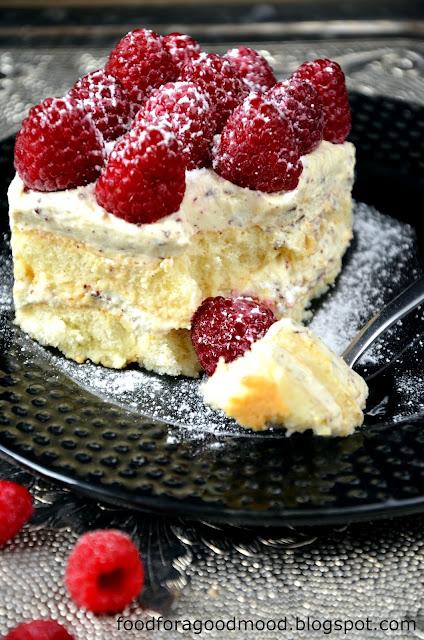 Pyszne i do tego szybkie ciasto bez pieczenia.   Biszkoptowa baza...  Delikatny krem zabaglione, zaprawiony wanilią i drobinkami gorzkiej czekolady...  I maliny, które swoim lekko kwaskowym smakiem świetnie przełamują całość.  Nie potrzeba nic więcej, zatem róbcie i zajadajcie ze smakiem :)