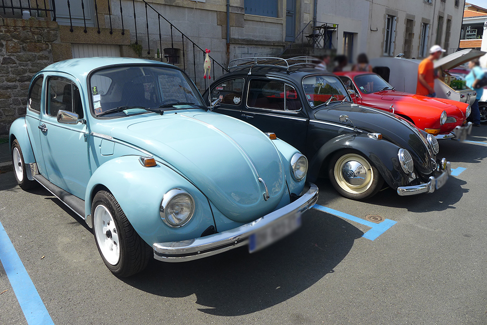 Rassemblement de voitures vintages Coccinelle volkswagen vert et noir