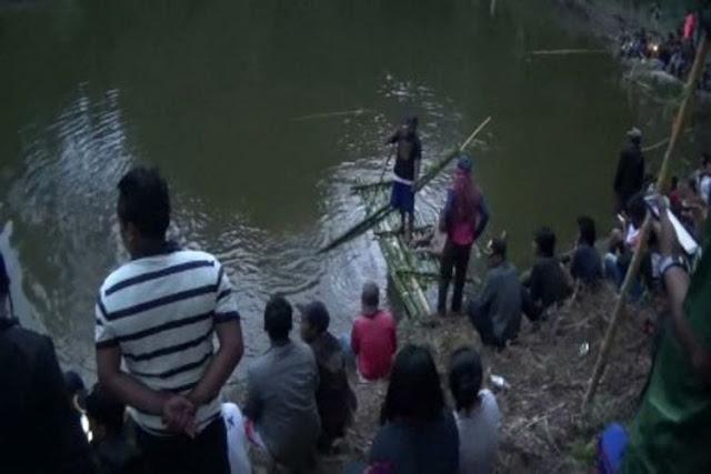 Cari Siswa SD yang Tenggelam di Cekdam, Warga Gelar Ritual Lempar Telur