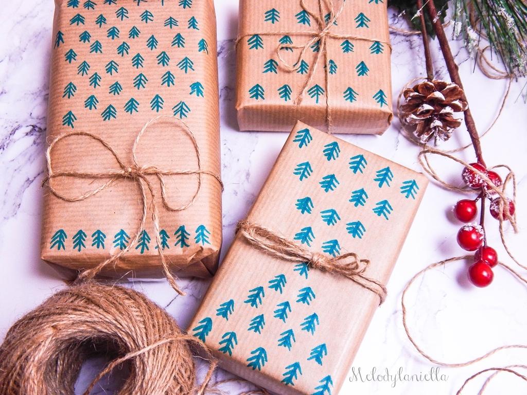 7 jak zapakować prezenty świąteczne w papier pakowy pomysły na pakowanie prezentów jak zapakować pudełko w papier jak ozdobić papier pakowy przy pakowaniu prezentów wstążki bombki złoto gałązki pakowy papi