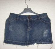 Foto de una minifalda rasgada color azul