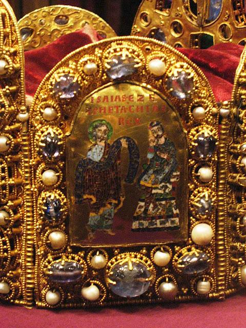 O rei Ezequias representado junto com o profeta Isaías na coroa do Sacro Império Romano-Alemão, século X. Schatzkammer, Viena.