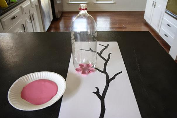 Kerajinan tangan stempel gambar bunga dari limbah botol plastik