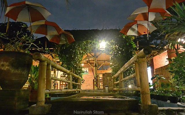 Cahaya temaram di warung Ingkung Sambilegi