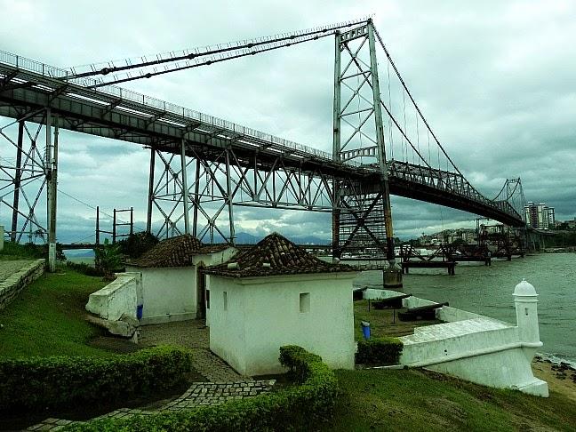 Forte Sant'Anna e Ponte Hercílio Luz.
