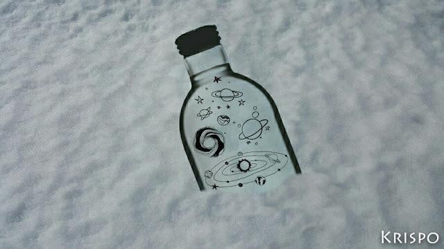 botella medio enterrada en la nieve