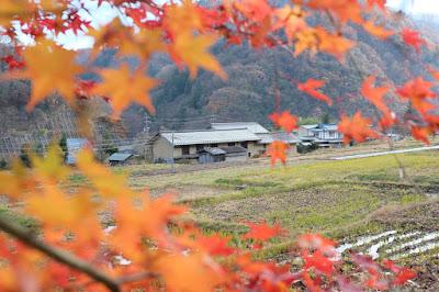 生坂村の古民家カフェ・ひとつ石 里山の紅葉