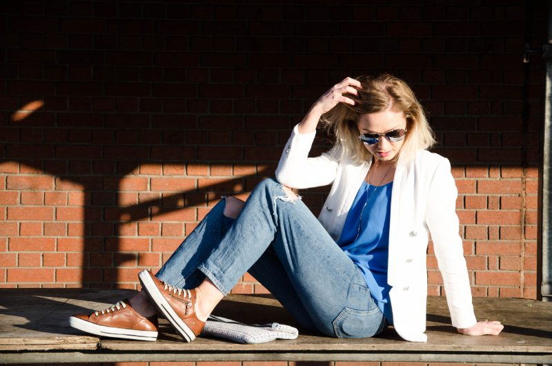 Outfit Post: Styling ripped jeans with a white blazer | Street Style