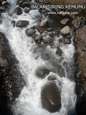 air terjun yang deras di palak siring kemumu bengkulu utara