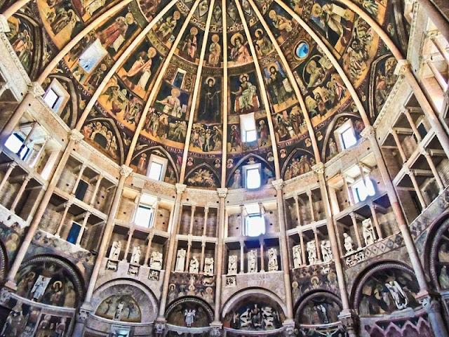 Interior do Battisterio di Parma
