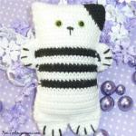 http://www.howtoamigurumi.com/cat-door-stop-crochet-free-pattern/