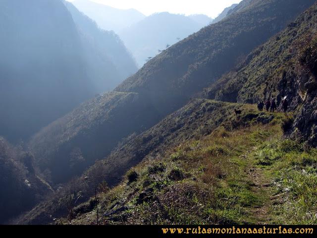 Ruta de las Foces del Rio Pendón y Varallonga: Vista del sendero de las Foces