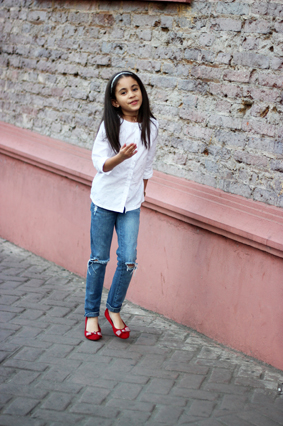 ABIGAIL UPDATED: WHITE PRINT STAR SHIRT + DISTRESSED JEANS