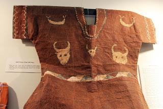 baju yang terbuat dari kulit kayu dengan gambar tanduk sebagai penghias atau dekorasi baju