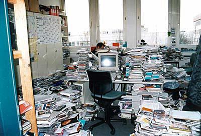 unordentliches Büro Arbeitsplatz witzig