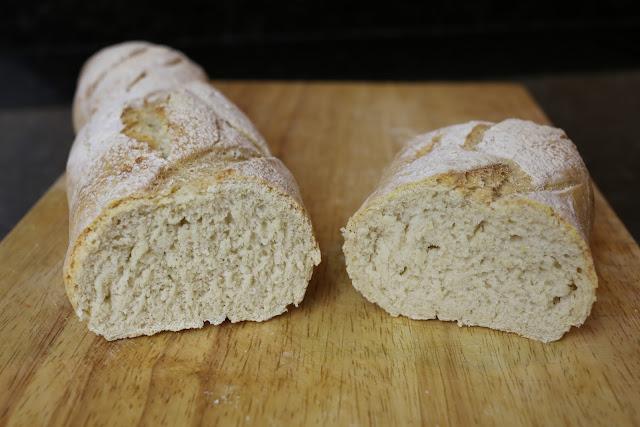 Barra de pan rústico casero cortado por la mitad