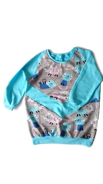 W dzisiejszym pościku będzie bluza, którą uszyłam z myślą o rozmiarach 40/42 lub L/XL. Do uszycia tej bluzy użyłam turkusowej dresówki pętelkowej i kolorowej dresówki z kotkami. Rękawy są 3/4 zakończone ściągaczami, dół również.