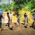 TNI dan Warga Kecamatan Kao Barat Timbun Akses Jalan Berlubang
