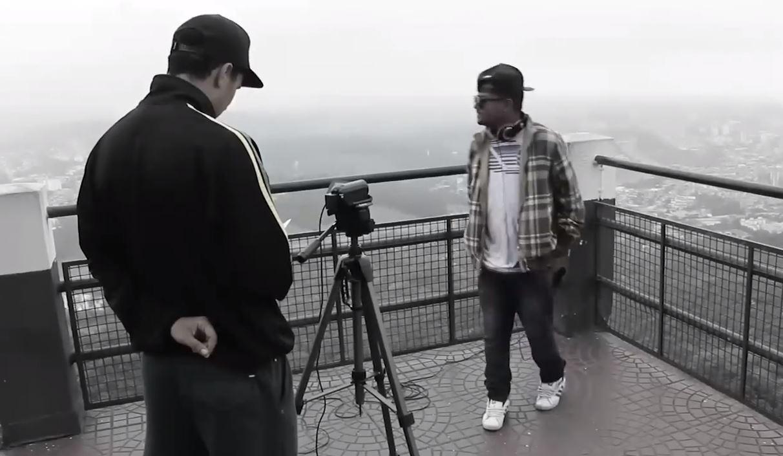 """Benevenuto (de costas) e o rapper Pixote do Império Z/O. Imagem: frame de """"Jaraguá!"""""""