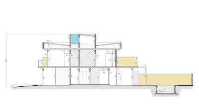 """Nesta seção longitudinal, também denominada como """"corte"""" no projeto, o destaque em azul claro se refere ao local da torre no telhado reservado para instalação da central de ar condicional. Já as áreas em bege identificam os muros de fechamento lateral, com dois metros de altura no pavimento térreo e 1,6 metro de altura no pavimento superior, sempre em conformidade com o regulamento local."""