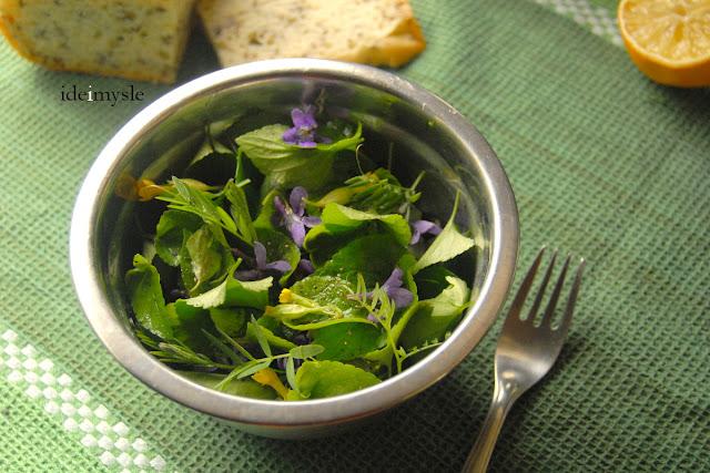 sałatka z kwiatami, pierwiosnek lekarski, pierwiosnek przepis, jadalne kwiaty, jadalne rośliny ogrodowe, dzikie rośliny jadalne, wiosenna sałatka, cowslip recipe