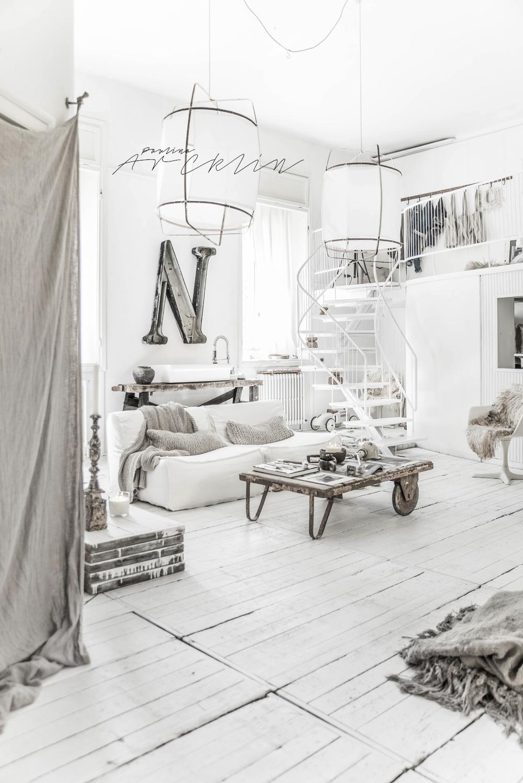 Fundal alb, accente gri și stil boem într-un loft din Milano