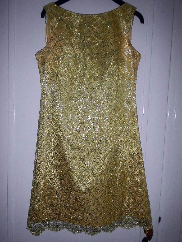 Underbar klänning 60-tal. Spets. Gul lime. Storlek S. Rosett i ryggen. I perfekt  skick. Pris  600kr. Maila pufferfish nillanielsen.com b2bbd4015f8c0
