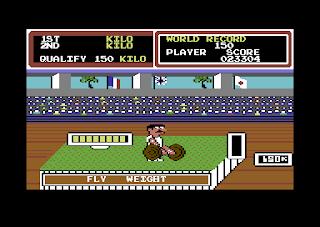 Captura de pantalla de Hyper Sports para Commodore 64 de Konami, 1985. La imagen muestra los sprites de nuestros atleta en la prueba de levantamiento de peso