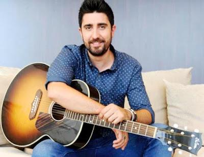 Foto de Alex Ubago con su guitarra