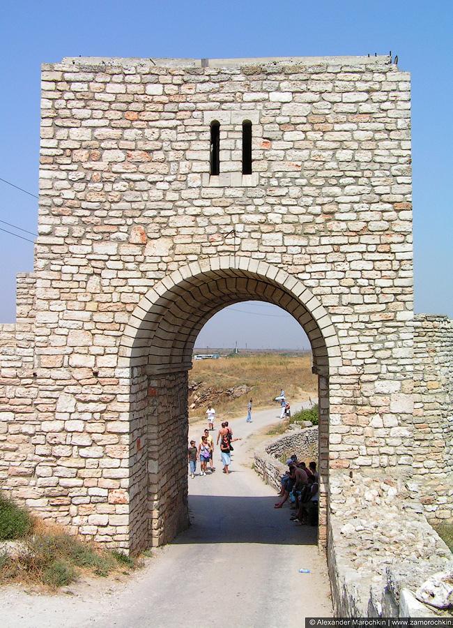 Арка крепостных ворот на мысе Калиакра