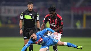 Mario Rui berusaha menutup pergerakan Franck Kessie. - Foto: REUTERS