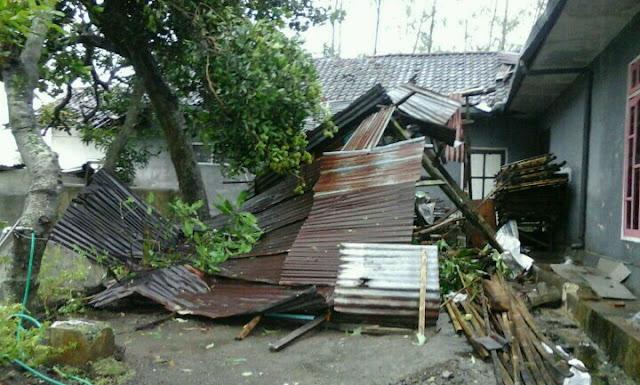 Korban angin puting beliung di Dusun Gempal Desa Pakusari Kec. Pakusari