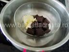 Cheesecake fara coacere preparare reteta glazura - topim ciocolata cu untul la bain marie