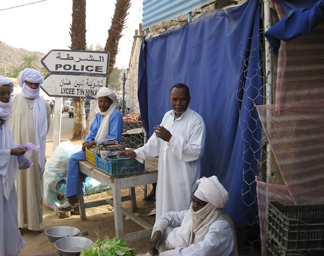 Un grupo de hombres en un mercado en el desierto de Argelia.